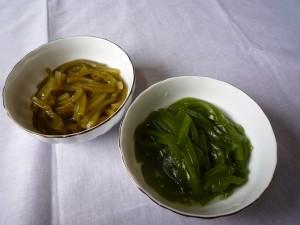 粉末茶を混ぜたところてん(左)緑茶ペーストを混ぜたところてん(右)