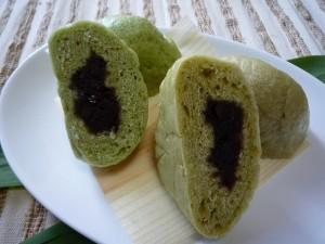 緑茶ペーストを混ぜた中華まん(左)と粉末茶を混ぜた中華まん(右)