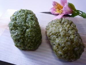 緑茶ペーストを使ったおはぎ(左)と粉末茶を使ったおはぎ(右)