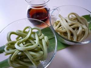 緑茶ペーストを使ったうどん(左)と粉末茶を使ったうどん(右)